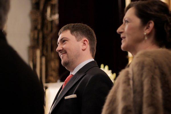 Novio emocionado al ver a la novia