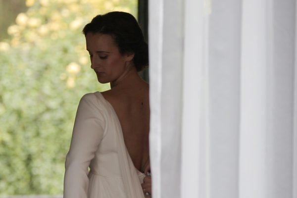 Vistiendo a la novia para su boda