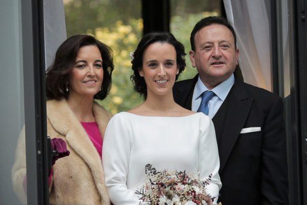 la novia con sus padres en una boda