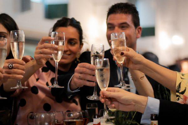 Invitados de la boda celebrando con champagne
