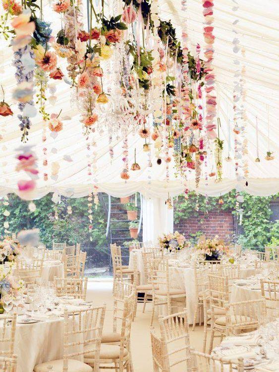 decoración de flores colgantes en salón de boda