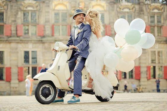 Novios en scooter