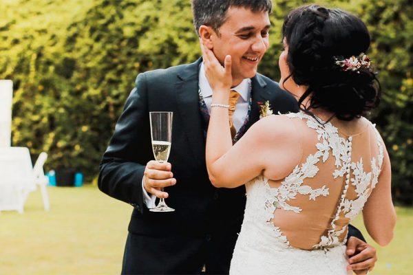pareja de recien casados brindando con champagne