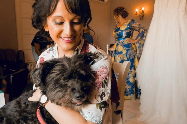 novia con su perro antes de casarse