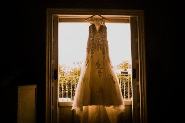 traje de novia colgado en ventanal