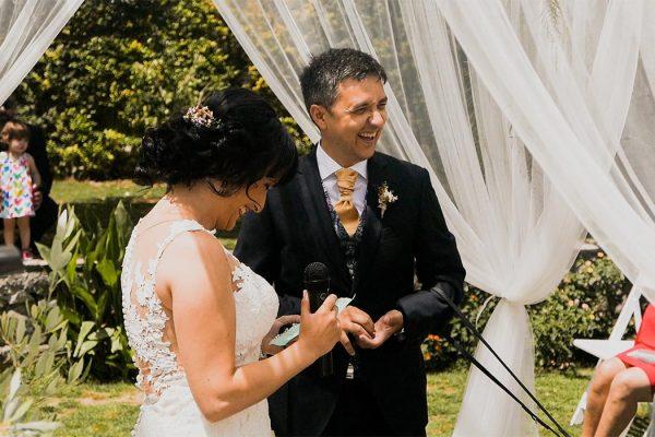 Novios en su boda riendo